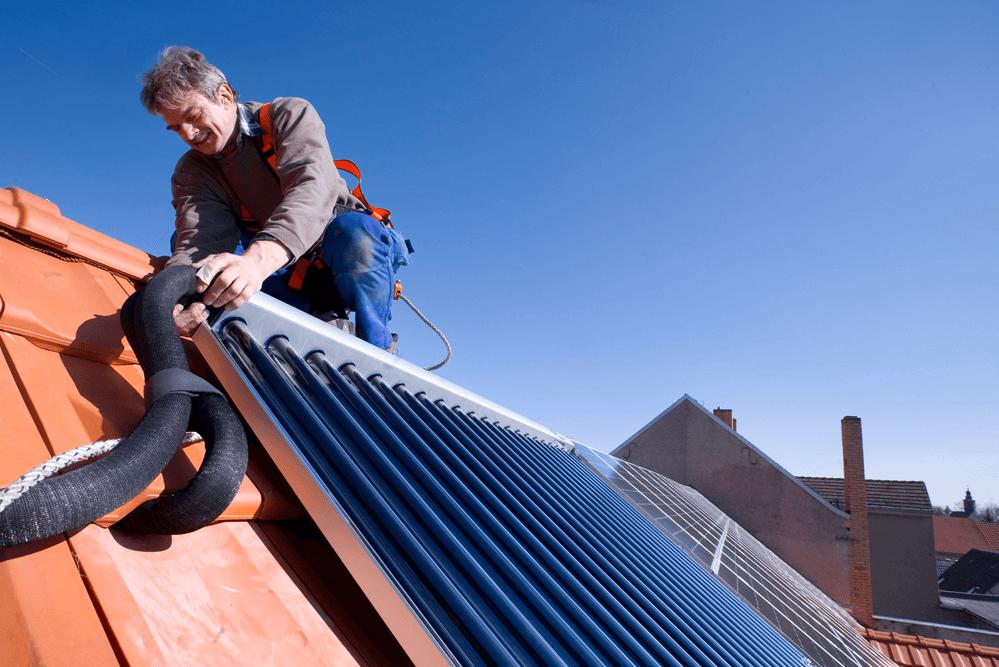 installateur-installiert-solarthermie-bild-des-bdh