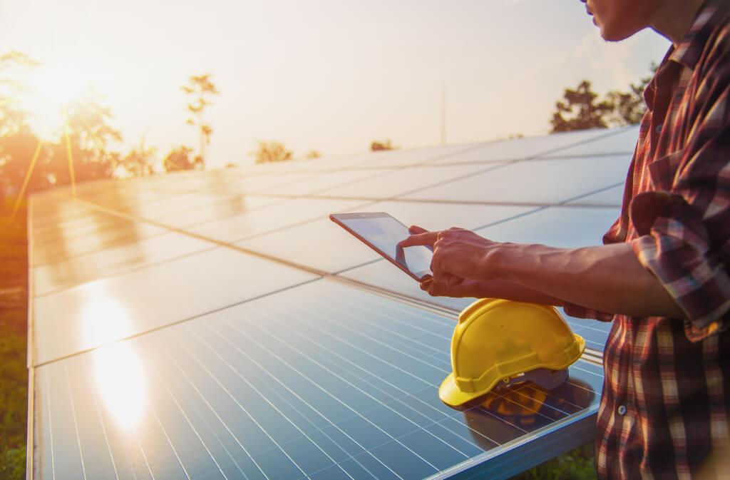 solaranlagen-installateur-nutzt-eturnity-solarloesung-vor-ort