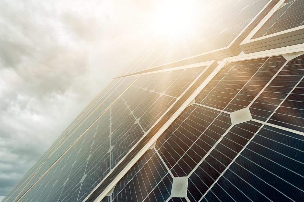 solarzellen-und-sonne-dahinter