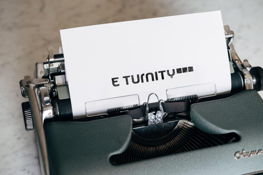 schreibmaschine-mit-papier-inklusive-eturnity-logo