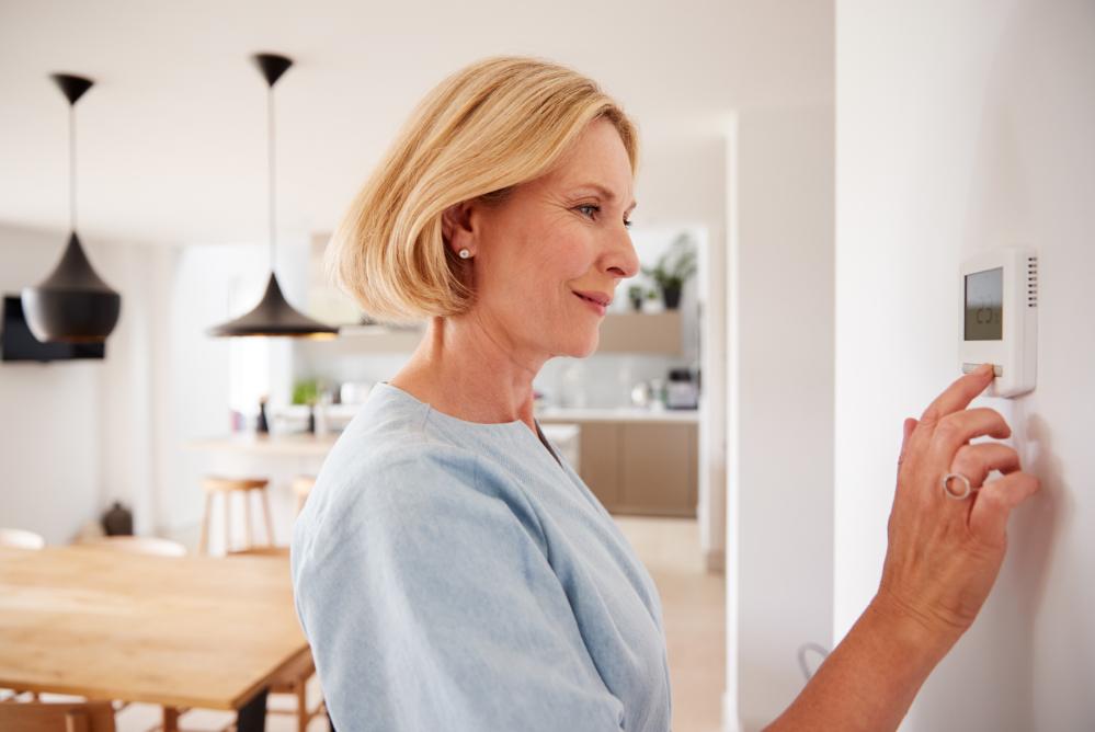 frau-thermostat-sieht-vorteile-digitaler-heizsysteme-eturntiy